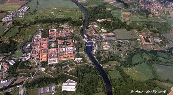 Současný letecký pohled na všechny části pevnosti Terezín